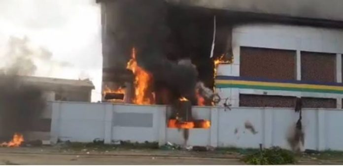 Chaos As Gunmen Raze Police Station, Free Detained Suspects In Abia State